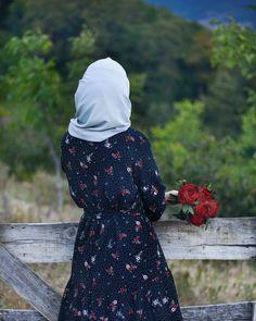 Image may contain: one or more people, people standing and outdoor Stylish Hijab, Hijab Chic, Arab Girls Hijab, Muslim Girls, Beautiful Muslim Women, Beautiful Hijab, Hijabi Girl, Girl Hijab, Hijab Hipster
