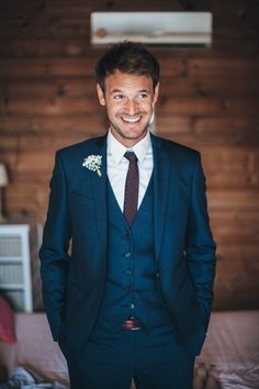 un costume homme pas cher e couleur bleu canard profond avec gilet ajusté  et une cravate ac47fe63143