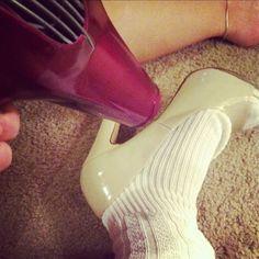 Wenn deine Schuhe zu eng sind, sorge mit ein paar dicken Socken und einem Föhn dafür, dass sie etwas besser passen.
