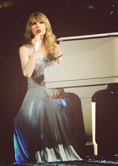 I love photos from the Speak Now tour when she has her bangs <3