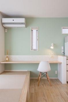 【スタディコーナー】 カウンターは椅子でも、タタミコーナーからの座卓としても使うことができ、家族のコミュニケーションが増えるよう工夫されています。カウンター正面には白を基調とした3面状ミックスのガラスモザイクタイルを貼り、グレーグリーン色の壁紙ともいい相性です。スタディコーナーでは、奥様がキッチンで家事をしながら近い距離でお子様の勉強を見てあげることができます。 Home Room Design, Kids Room Design, House Design, Tiny House Furniture, Home Furniture, Tatami Room, Kids Room Wallpaper, Japanese Interior, Bedroom Layouts