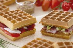 I waffle sandwich sono saporiti waffle salati farciti con ingredienti sfiziosi in modo da formare dei simpatici sandwich.