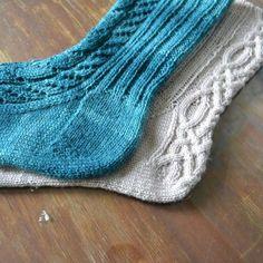 menossa. Jokaisen sukkaparin kohdalla mietin, miten voisin tehdä Mittens, Slippers, Socks, Knitting, Crocheting, Diy, Fingerless Mitts, Crochet, Tricot