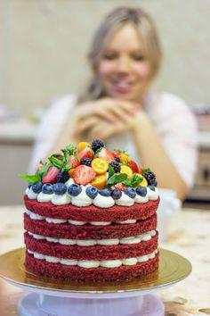 Торт красный бархат в стиле рустик, украшен горкой свежих ягод, кумквата и листиков мяты. Автор Instagram.com/angel2ina