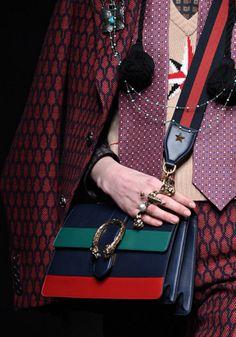 """Hoje começou a Semana de Moda de Milão e já de cara teve desfile da Gucci!! Sob o comando de Alessandro Michele, a grife apresentou uma coleção que parte de uma teoria sobre uma """"desordem conectada"""", então imagine uma baguncinha fashion por aí! kkk Entenda tudo que rolou – e espie as bolsas e acessórios …"""