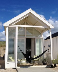 Every beach house needs a hammock :) Beach Cabana, Baby Beach, Ocean Front Homes, Prefab Cabins, Rotterdam, Camping Glamping, Leiden, Beach Cottages, Little Houses