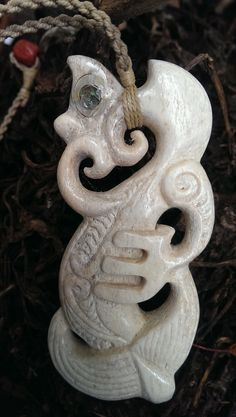 New Zealand jewelry: Maori symbols and their meaning - New Decoration ideas New Zealand Jewellery, Maori Symbols, Maori Designs, Symbols And Meanings, Bone Carving, Indigenous Art, Dot Painting, Green Stone, Celtic