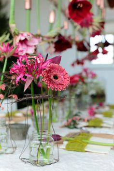 Kerst DIY: Bloemensterren op tafel www.mooiwatbloemendoen.nl/kerst-diy-bloemen-op-je-bord-en-op-tafel #Kerst #Christmas #Bloemen #Flowers
