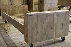 zelf bed maken van steigerhout rond bestaand bed.