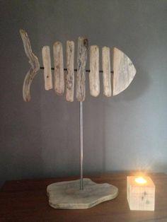 Une décoration nature, pour des passionnés de mer, ou comme souvenir de vacances. Ce poisson en bois flotté est réalisé à partir de bois ramassés sur les plages de Hyères. Il est monté sur un socle en bois et fixé sur un tube métallique. Les bois ont été nettoyés poncés et vernis mat