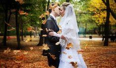 Nem túl nagy divat ősszel esküvőt tartani, legalábbis nem akkor, amikor az indián nyárnak már nyoma sincs, és a levelek is gőzerővel hullanak. Az őszi esküvőnek több előnyeés hátránya is van, amiket mindenképpen érdemes mérlegelnetek a végleges időpont kitűzése előtt.