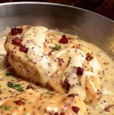 Poulet en sauce miel et moutarde prêt seulement en 30 minutes - Tasties Foods Creamy Honey Mustard Chicken, Honey Mustard Sauce, Bacon Recipes, Cooking Recipes, Easy Recipes, Sauce Au Miel, Chicken Recepies, 30 Minute Meals, Food To Make