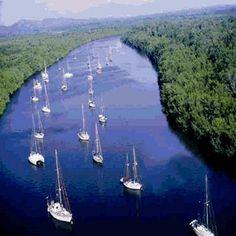 El Salvador, La Bahia de Jiquilisco, por su fragilidad e importancia ha sido declarado humedal Ramsar. alli puedes viajar en lancha, a través de los manglares y desconectarte de la civilizacion, disfrutando de la biodiversidad. eco petate tours te lleva haz tu reserva. Tel 503 71819077 buscanos en facebook y twitter