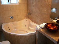 Baño, con yacuzzi los apartamentos superiores únicamente, los standard tienen mampara.
