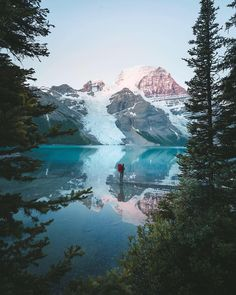 🔹 A day at the lake restores the soul! Double tap if you agree! Berg Lake and Mount Robson, British Columbia, Canada. Aqua Paint, Destinations, Canada, Canadian Rockies, Summer Photos, True Beauty, British Columbia, Adventure Travel, Landscape Photography