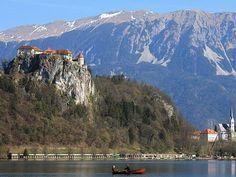 Una preciosa imagen donde se aprecia el lago Bled, el castillo de Bled y, al fondo, los Alpes Julianos
