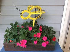 Horseshoe Honey Bee / Garden Art / Recycled Metal Sculpture - All About Horseshoe Projects, Horseshoe Crafts, Horseshoe Art, Horseshoe Ideas, Honey Bee Garden, Welding Art Projects, Diy Welding, Metal Projects, Blacksmith Projects