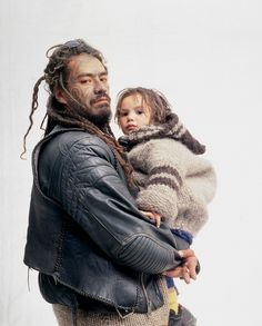 Maori father and child New Zealand 1999 photograph Hans Neleman. Beautiful Men, Beautiful People, Father Daughter Photos, Maori Art, Thai Tattoo, Maori Tattoos, Tribal Tattoos, New Zealand Tattoo, Maori People