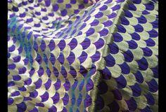 Ceci est une belle benarse pur brocart de soie irisée Motif de pétoncles dans le pourpre, vert et or. Le tissu illustrent Motif de pétoncles en or sur pourpre, fond vert.  Vous pouvez utiliser ce...