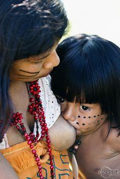 Breastfeeding, Camboinhas, Niterói.   Tribe Tekoa Mboya-Ty.   By rbpdesigner, Ruy Barbosa Pinto  http://www.flickr.com/photos/rbpdesigner/