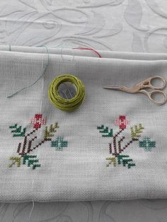 Kanevice Cross Stitch Borders, Cross Stitch Flowers, Wool Embroidery, Cross Stitch Embroidery, Bazaar Crafts, Crochet Bedspread, Needlework, Diy And Crafts, Applique