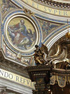 Detalle de la espectacular decoración de la Basílica de San Pedro en el Vaticano (Roma)