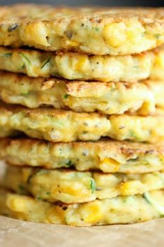 """Zucchini Corn Pancakes - Super easy pancakes perfect as a side dish or appetizer. And best of all, they don't even taste """"healthy""""! Take out garlic powder & use gluten free flour Banting Recipes, Vegetable Recipes, Vegetarian Recipes, Cooking Recipes, Healthy Recipes, Corn Pancakes, Zucchini Pancakes, Savory Pancakes, Waffles"""