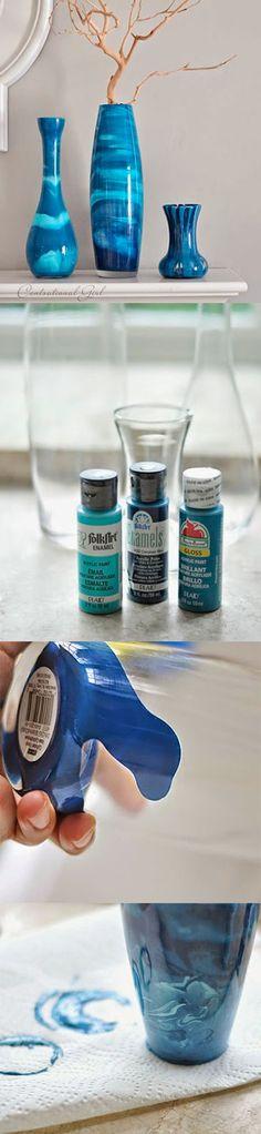 Essa é realmente uma ótima ideia... Se você quer da uma nova cor as seus jarros de vidro?!. Então essa é sua chance ❣ Diy Bottle, Bottle Art, Bottle Crafts, Mini Liquor Bottles, Bottles And Jars, Glass Bottles, Garrafa Diy, Home Crafts, Diy And Crafts