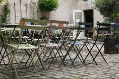 Bistro Folding Furniture In A Courtyard Cafe: Photo Gallery - Jardin Outdoor Outside Room, Outside Living, Outdoor Rooms, Outdoor Furniture Sets, Folding Furniture, Courtyard Cafe, Rustic Outdoor, Outdoor Decor, Aluminum Patio