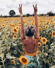 Roadtrip here we go! Roadtrip here we go! Sunflower Field Pictures, Sunflower Pics, Pictures With Sunflowers, Sunflower Field Photography, Shotting Photo, Montage Photo, Sunflower Fields, Insta Photo Ideas, Girl Photography Poses