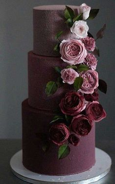 The 11 hottest wedding cake trends right now - Modern wedding cakes - Modern Weddin . - The 11 hottest wedding cake trends right now – modern wedding cakes – modern wedding cakes - Black Wedding Cakes, Beautiful Wedding Cakes, Beautiful Cakes, Cake Wedding, Burgundy Wedding Cake, Purple Wedding, Gold Wedding, How To Make Wedding Cake, Fruit Wedding
