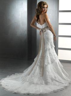 robe de mariée dos nu en dentelle, coupe ajustée sur le buste, traîne longue et brodée