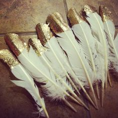 DIY Gold and Glitter Dipped Feathers-for the Christmas tree! I saw a tree at Anthropologie a few weeks ago with gold glitter dipped feathers on it and it was really pretty! Gold Diy, Gold Gold, Mint Gold, Black Gold, Black Deer, Gold Rush, Pink Black, Pale Pink, Gatsby Wedding