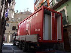 Transportando WC en la calle Curia junto a la catedral Pamplona, Street