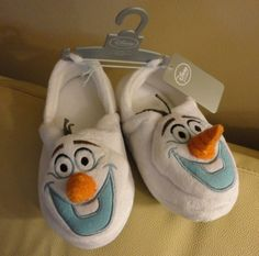 Disney Store Frozen Olaf Plush Slippers for Kids – Size – Go Shop Shoes Cute Girl Shoes, Girls Shoes, Disney Slippers, Disney Olaf, Slippers For Girls, Crochet Baby Shoes, Olaf Frozen, Disney Girls, Elmo