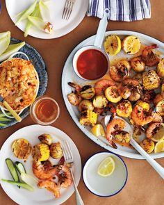 """Grilled Shrimp """"Boil"""" - grill med rejer, majs og kartofler. God sammensætning og nem 'pakkeløsning' i stedet for de evige kødklumper"""
