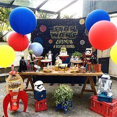 Bom dia!! Festa Star Wars. Pic via @paula.frankel Bolo @redappleatelie #encontrandoideias #blogencontrandoideias #fabiolateles