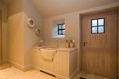Mooie berging, mooi meubel,lavabo en Mooie deur