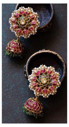 Indian Jewelry Earrings, Jewelry Design Earrings, Gold Earrings Designs, Ear Jewelry, Gold Jewellery Design, Gold Temple Jewellery, Gold Jewelry, Bridal Jewelry Vintage, Antique Jewellery Designs