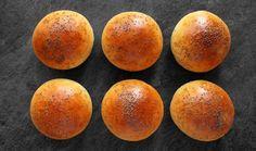 Domácí pečivo je velice chutná záležitost. Do máslových žemlí můžete připravit masový burger nebo je zkrátka naplnit dle chuti k snídani nebo svačině. #recept #bulka #maslovabulka #houska #peceni #pecivo #recipe #bake #bread #bun #butterbun Crackers, Sweet Potato, Plum, Toast, Potatoes, Peach, Bread, Fruit, Vegetables