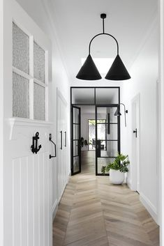 Real reno: Melbourne Bayside bungalow's modern makeover – The Interiors Addict Bungalow Interiors, Bungalow Renovation, California Bungalow Interior, Modern Bungalow Homes, Modern Houses, Estilo Hampton, Architecture Renovation, Residential Architecture, Modern Architecture