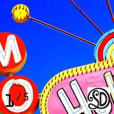Kussen Holiday Motel (60x60 cm). Foto gemaakt door #MirjamvanRavenhorstDeTextielFabriekSDD. Beperkte oplage van 5 stuks. Te bestellen bij www.vintageinthespotlight.nl