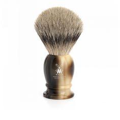Najwyższej klasy niemiecki pędzel do golenia Muhle z najwyższej jakości ręcznie selekcjonowanego włosia borsuka (SILVERTIP). Rączka jest imitacją rogu bawolego, na rączce logo Muhle.