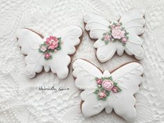 Prekrásna práca - medovníkové motýle. Autorka: MedovníčkyLubica Summer Cookies, Fancy Cookies, Sweet Cookies, Valentine Cookies, Cute Cookies, Easter Cookies, Royal Icing Cookies, Cookies And Cream, Cupcake Cookies