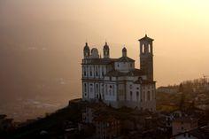 Santa Casa, il santuario di #Tresivio, ( #Valtellina ) in una sera di Marzo avvolta da una nebbiolina illuminata dal sole. Un momento magico ....