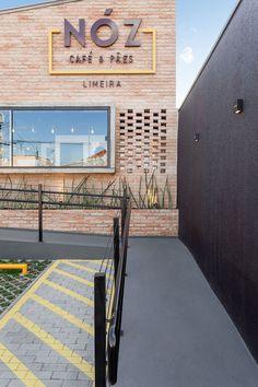 fachada da padaria NOZ, vista da rampa de acesso.  Projeto: Vertentes.arq.  NOZ bakery facade, view of the acess ramp. Project: Vertentes.arq   Limeira, SP, Brazil