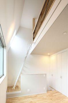 オーワークスが目黒区五本木にSE構法で建築した共同住宅です。メゾネットのプランに無垢床と、賃貸住宅に珍しい提案が多く採用されています。1階のフリースペースには自転車やSOHOと利用できるフリースペースもあります。 Soho, Safety, Engineering, Stairs, Home Decor, Security Guard, Stairway, Decoration Home, Room Decor