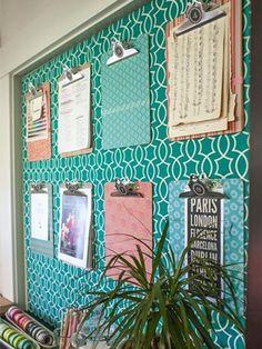 Pranchetas organizadoras com papel de parede turquesa para deixar o home office lindo e organizado.