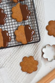 Vegaaniset, gluteenittomat & sokerittomat piparkakut  / Vegan, gluten- and sugarfree gingerbread cookies.