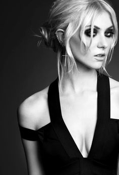 Taylor Momsen. Total babe. She has a fab voice & it is so nice to listen to a band with a female front singer for a change.